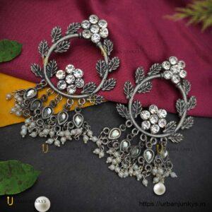 stone-leaf-pearl-black-polish-earrings